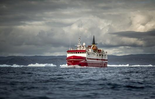 Корабль преодолевающий дрейфующие льдины
