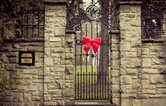 Красочное оформление ворот к празднику