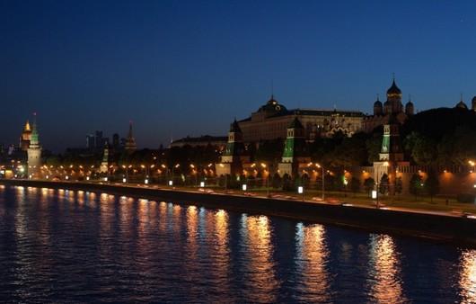 Фотообои Ночная набережная освещённая фонарями