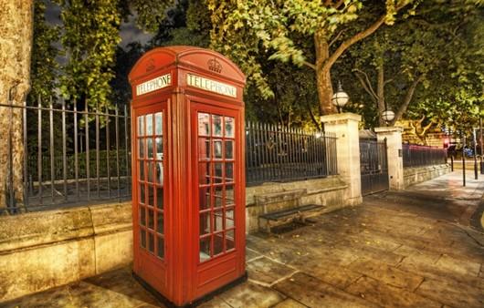 Телефонная будка в старом Лондоне