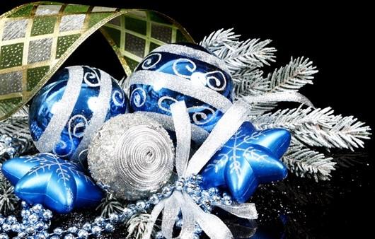 Новогоднее украшение из голубых игрушек