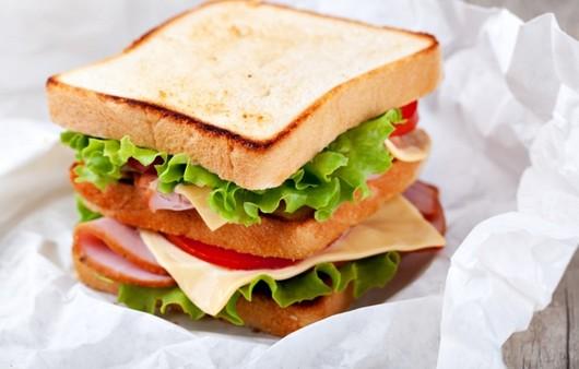Сэндвич из белого хлеба с зеленью