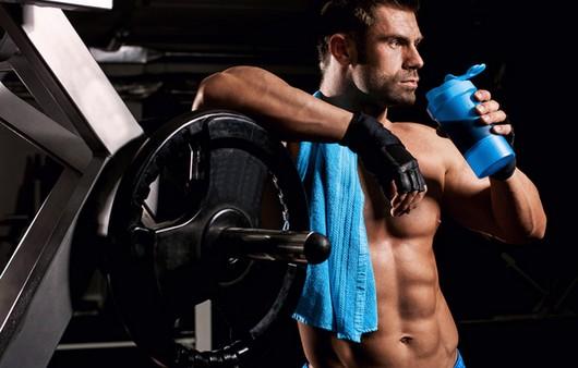 Фотообои Мужчина спортсмен пьёт прохладительный напиток