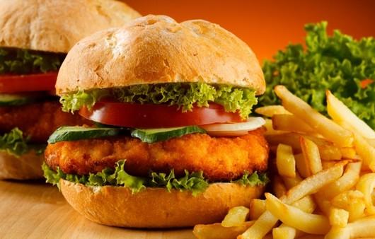 Гамбургер с говядиной и картофелем фри