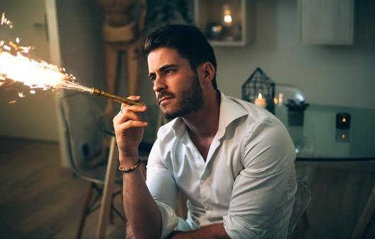 Фотообои Мужчины курит сигару с искрами