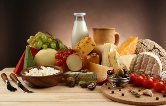 Стол накрытый молочными продуктами