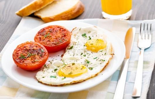 Завтрак из Жареных помидор с яйцом