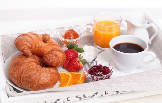 Завтрак из круассанов с джемом и апельсинового сока