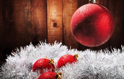 Новогодние красные  шары и белая мишура