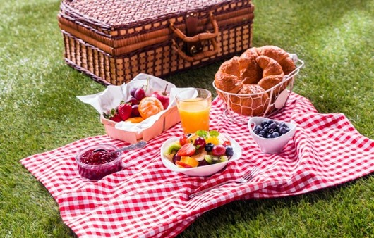 Завтрак на природе ,из круассанов и фруктов