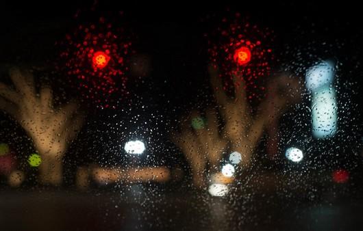 Вид из окна с забрызганным дождём стеклом