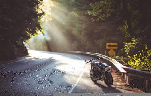 Горная дорога с бликами солнца