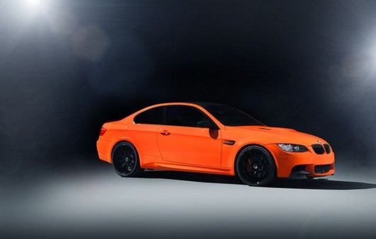 БМВ оранжевый на чёрном фоне