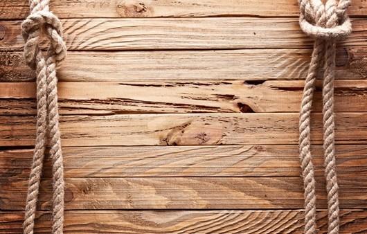 Морские узлы на деревянной поверхности