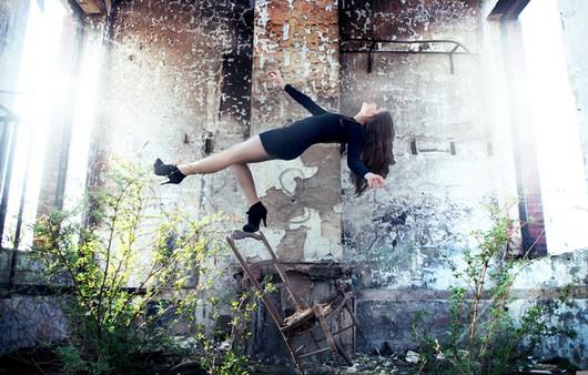 Фотошоп девушки в необычной позе