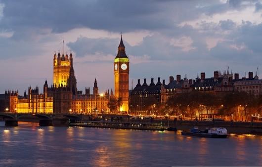 Город Биг-Бен с противоположного берега реки Темза