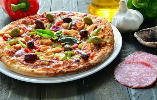 пицца на столе