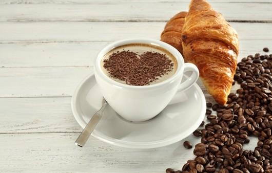 круассаны с кофе