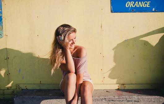 девушка сидит