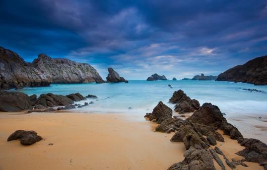 дикий морской пляж