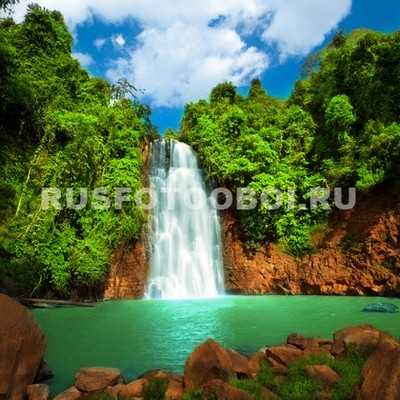 Водопад в зелёном лесу
