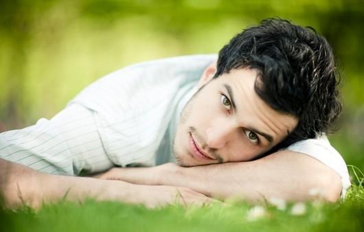 зеленоглазый парень на траве