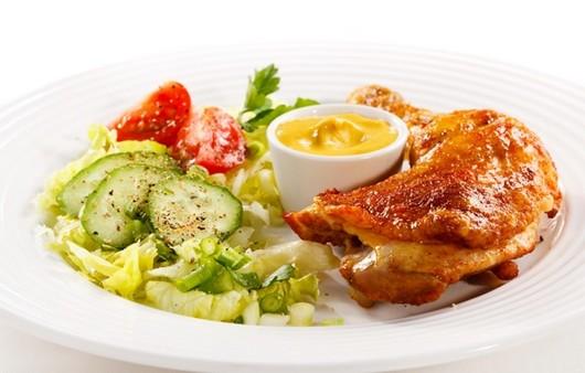 Запеченная курица с салатом из огурцов
