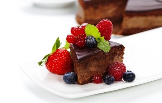 пирожное с лесными ягодами