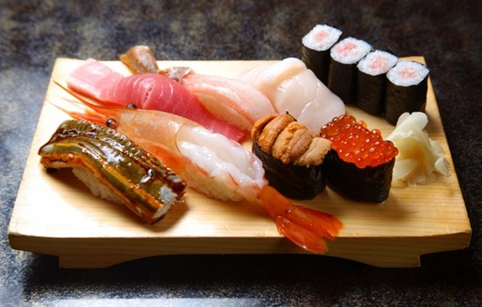 суши роллы на доске