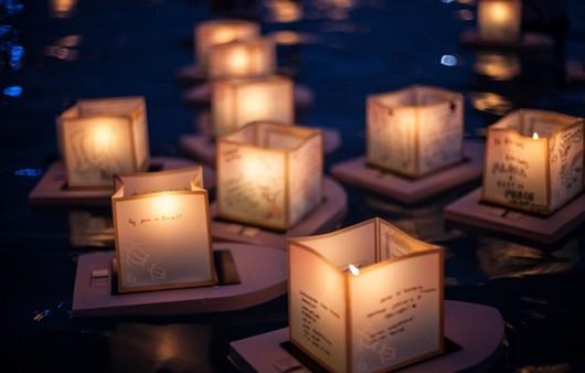китайские фонарики на воде