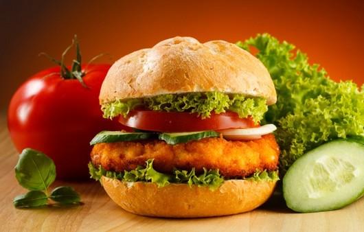 гамбургер с помидором огурцом