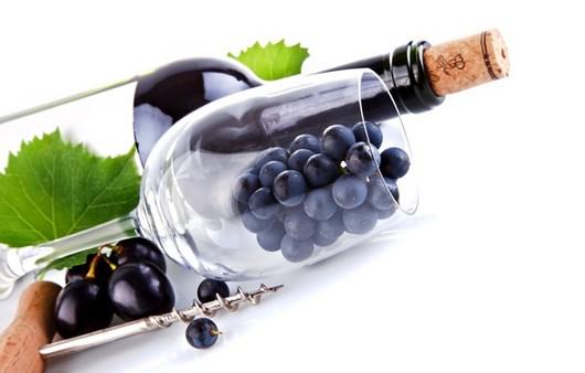 бутылка вина с виноградом