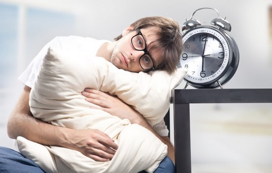 сонный мужчина на подушке