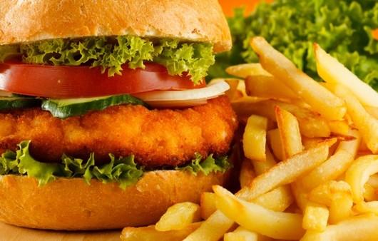 картофель фри и гамбургер с помидором огурцом