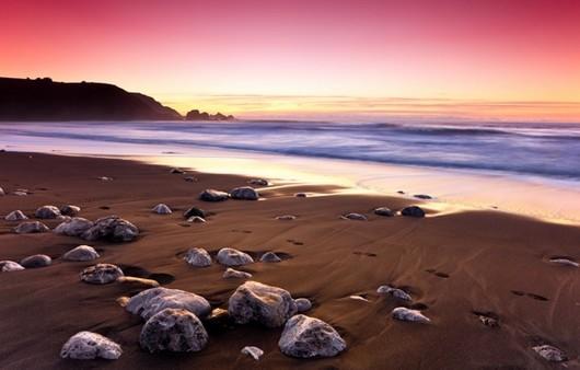 камни на берегу океана