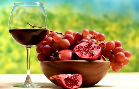 бокал вина с фруктами