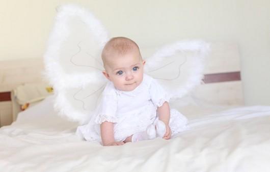 девочка ангелочек на кровати