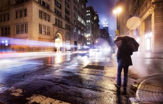 одинокий мужчина под зонтом