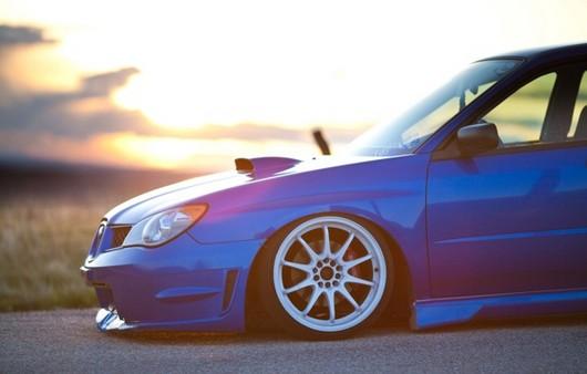 Фотообои синий Субару на дороге
