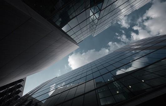 отражение неба в стеклянном здании