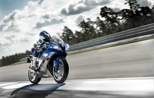 Фотообои мотоциклист на дороге
