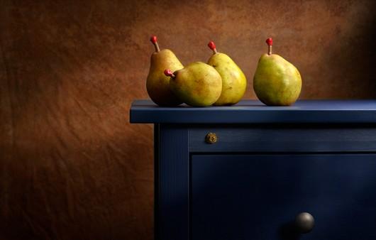 груши на столе
