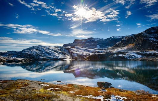холмы на озере в солнечном свете