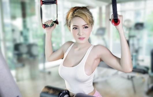 девушка в спортзале