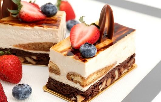Фотообои пирожное с орехами и ягодами