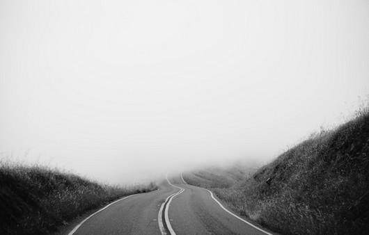 Фотообои черная-белая дорога