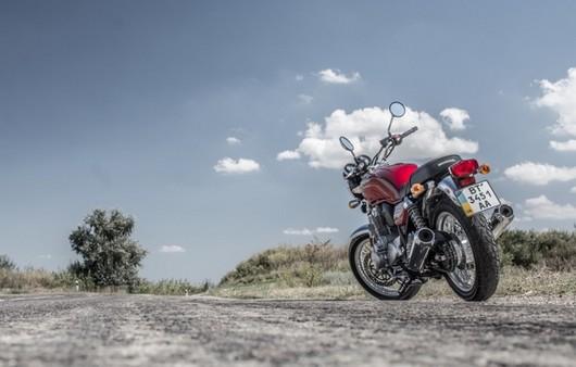 Мотоцикл на обочине