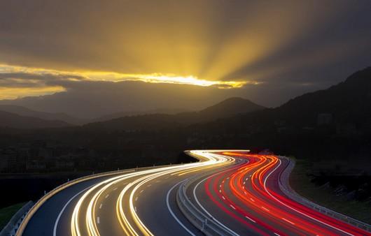 Следы от фар проезжающих автомобилей