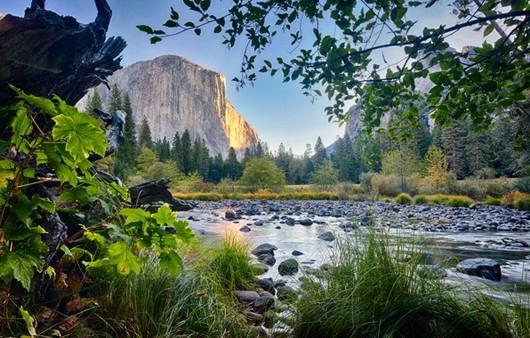Река в скалистой местности