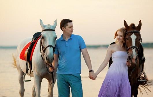 Молодая пара с лошадьми